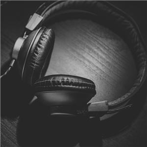 {#headphones-690685_1920_Ausschnitt}